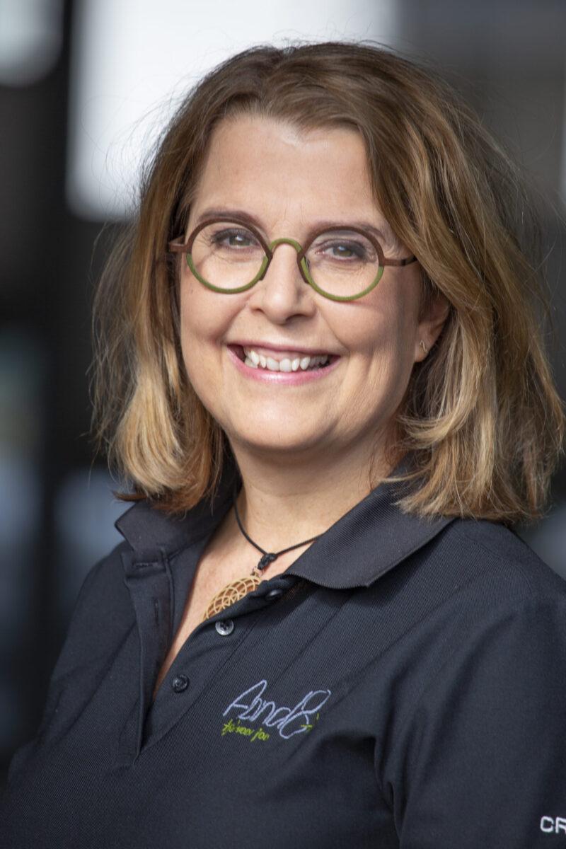 Beeld van massagetherapeut Mandy van der Ploeg met een open uitstraling.