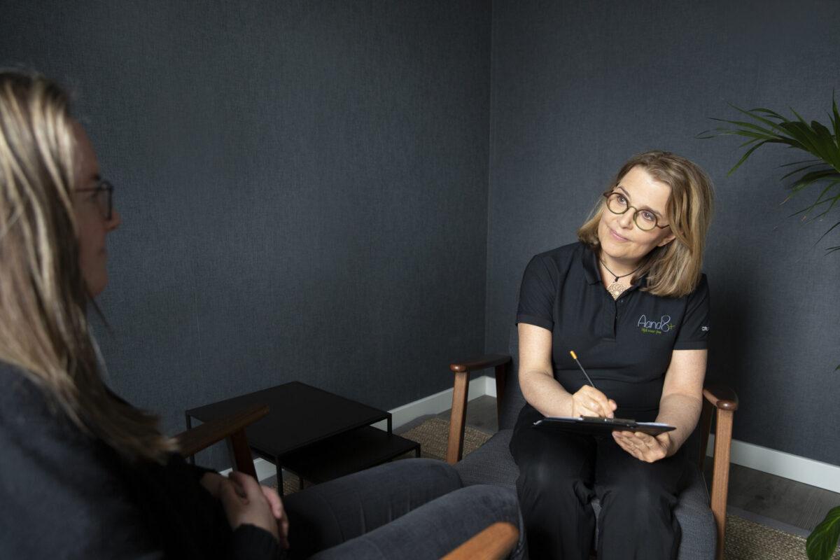 Beeld van een setting bij Focusing; Mandy van der Ploeg spiegelt terug wat de focusser vertelt.