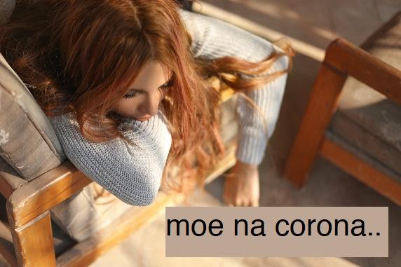 beeld van vrouw uitgeput op de bank nadat ze corona heeft gehad