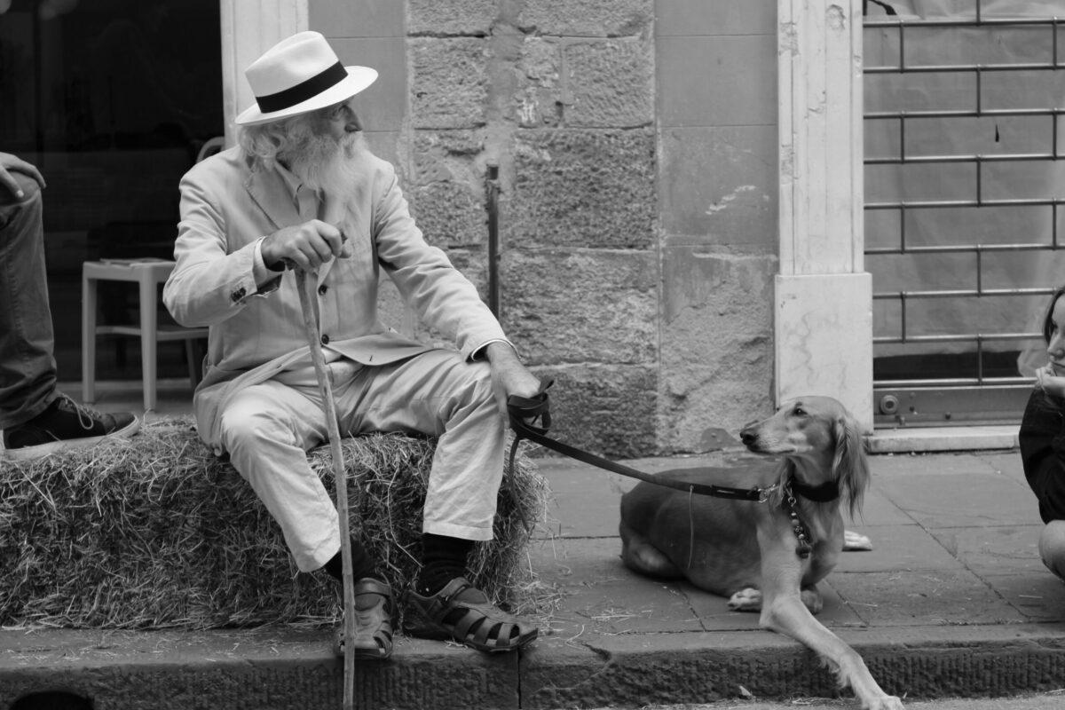 Foto van oude vitale man die net een massage bij Aandacht Plus heeft gehad