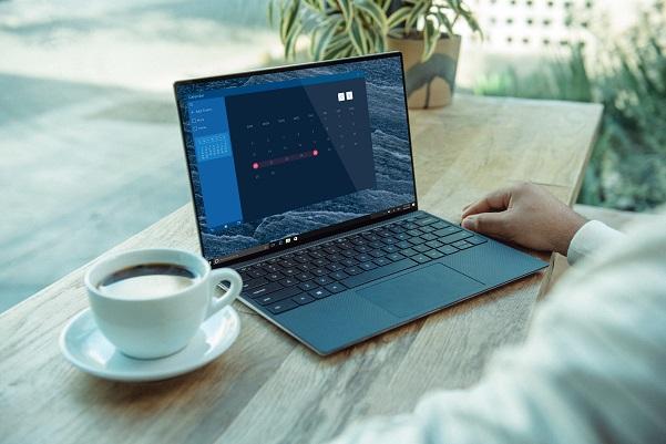 beeld van thuiswerken achter laptop